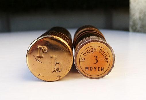LES DEUX BOUTS DU ROUGE A LEVRES : LE ROUGE BAISER 3 MOYEN (CREATION BOURJOIS)