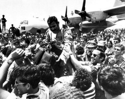 Die Befreier von Entebbe , bei der Rückkehr nach Israel stürmisch gefeiert  picture-allianca / dpa