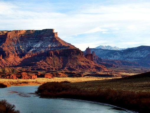 Colorado River mit Fisher Towers im Hintergrund