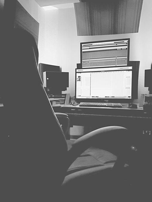 Schreibtischstuhl und Studioschreibtisch, Akustikelemente
