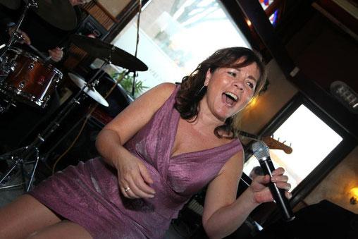 Braziliaans zangeres Sheyla brengt een uitgebreid en live bossa nova en samba repertoire.