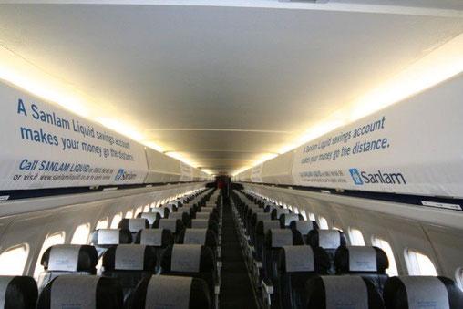 Werbeplakate auf Gepäckfachklappen in einer MD-80/Courtesy: 1Time