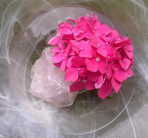 Entspannungs- und Heilpraxis - Divine Intervention - Rosenquarz in einer Glasschale