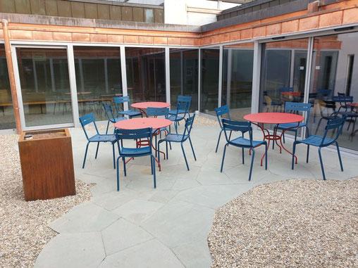 Innenhof der Schule Schüpfheim - Kies und Natursteine statt Beton und Platten.