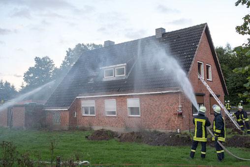 Zudem ging man von außen zur Brandbekämpfung vor.