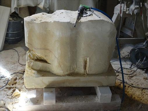 Der Steinblock wird weiter bearbeitet. Der Presslufthammer wird vom Bildhauer nicht zum Abreissen sondern zum Herstellen einer Skulptur benutzt.