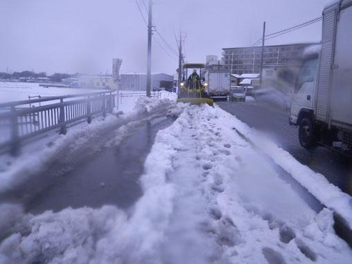 ペイローダー只今除雪中です!