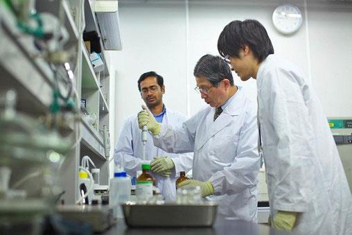 学生に実験の指導をする藤嶋先生(中央)