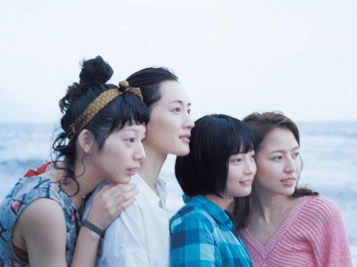 「海街diary」 海辺から街を眺める四姉妹。左から、三女の千佳、長女の幸、四女のすず、次女の佳乃。