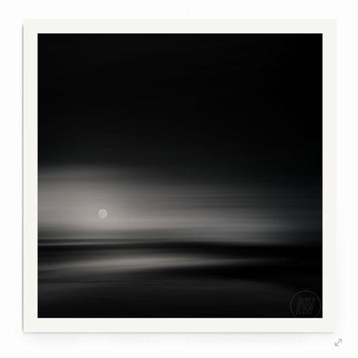 Impessionistische abstrakte Fotografie in schwarz-weiß. meer, wellen, wasser, nebel,