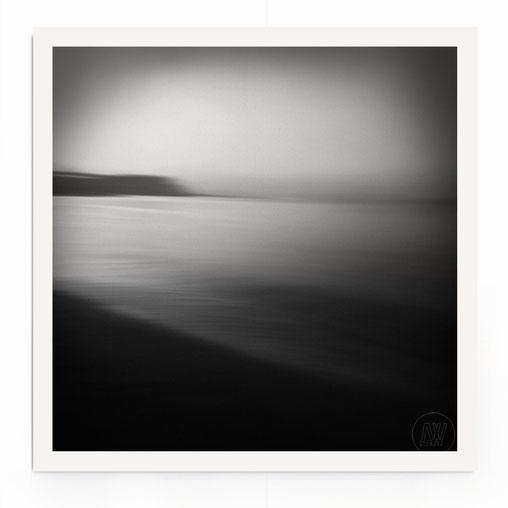 """""""Dawn At The Coast"""" Abstrakte See-Landschaft mit Dämmerlicht und Bewegung in schwarz-weiß."""