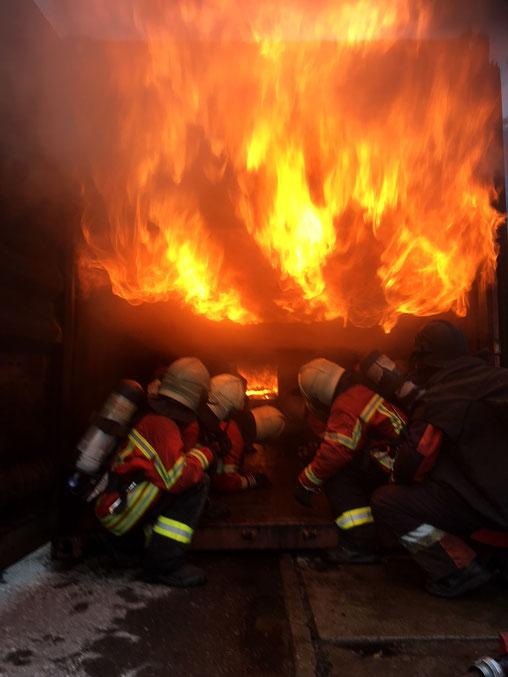 Die Feuerwehrleute erleben einen Flash-Over, welcher sich als Feuerwalze über ihre Köpfe hinweg bewegt
