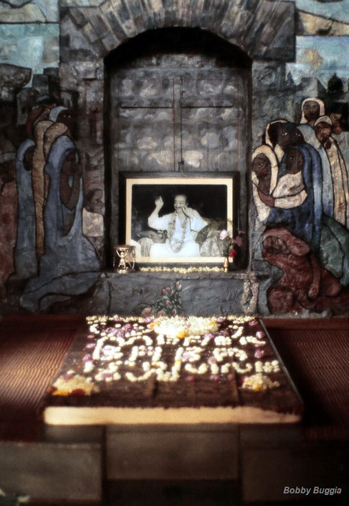 1977 : Interior of Meher Baba's Samadhi. Photo courtesy of Bobby Buggia