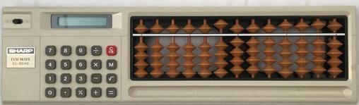 """Calculadora electrónica Sharp s/n 189, con ábaco """"soroban"""" posterior IIGM, 13 columnas, 30x8 cm"""