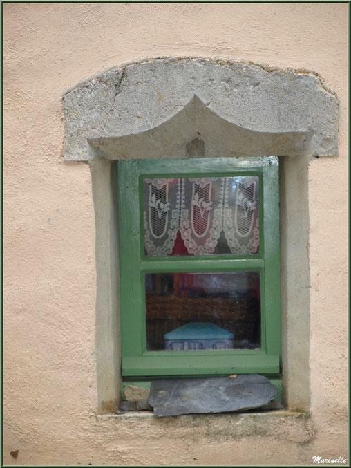Fenestrou ancien dans le village d'Aas, Vallée d'Ossau (64)