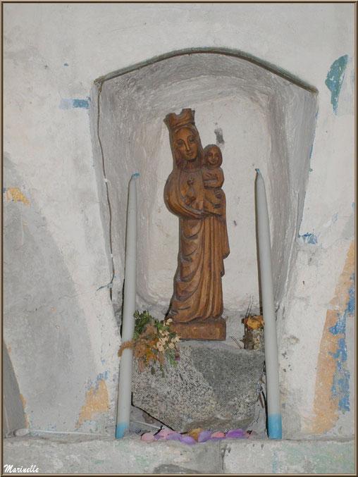 Vierge à l'enfant dans la chapelle du hameau de Gabas, Vallée d'Ossau (64)