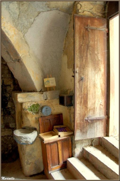 Entrée intérieure et escalier descendant dans la chapelle du hameau de Gabas, Vallée d'Ossau (64)