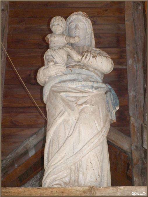 Vierge à l'enfant, à l'extérieur, au-dessus de l'entrée de la chapelle du hameau de Gabas, Vallée d'Ossau (64)