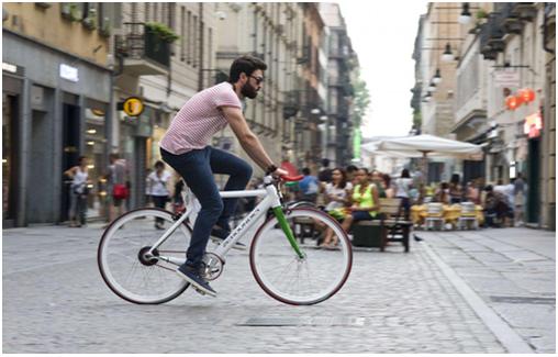 Homme à vélo electrique d'occasion