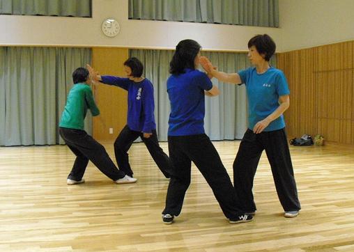 女性会員による乱扎衣の対練の練習写真です。
