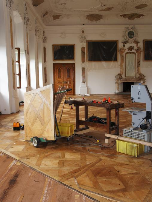 St. urban: Aufnahmen von Restaurierungsarbeiten am Parkett im heutigen Festsaal.