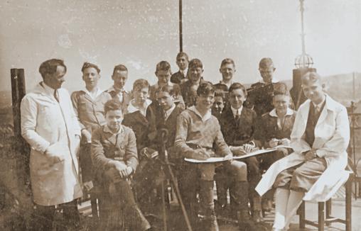 Historische Fotos aus dem Jahr 1926: Der Kunsterzieher Bowien und einer seiner Klassen