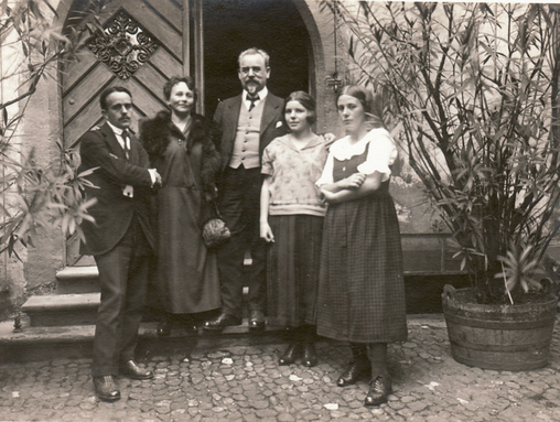 Historic photo from 1923: Erwin Bowien at the silver wedding of his parents in Basel. From left to right: Erwin Bowien, Annemarie Bowien, Erich Bowien, Ursula Bowien, Erika Bowien