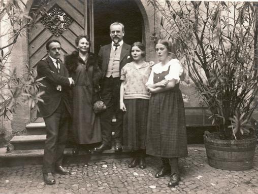 Historisches Foto aus dem Jahr 1923: Erwin Bowien bei der Silbernen Hochzeit seiner Eltern in Basel. Von links nach rechts : Erwin Bowien, Annemarie Bowien, Erich Bowien, Ursula Bowien, Erika Bowien