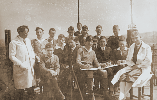 Historical photos from 1926: the art teacher Bowien and one of his classes