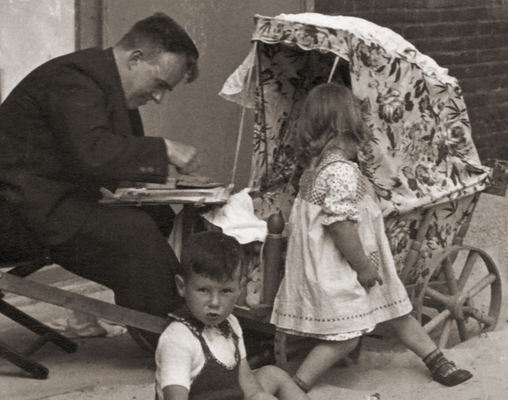 """Erwin Bowien in Egmond aan Zee in 1937. On the beach he paints a child in a pram as part of the cycle """"Egmondse Children's Portraits"""", which are now mostly kept in the collection of the Dutch royal family."""