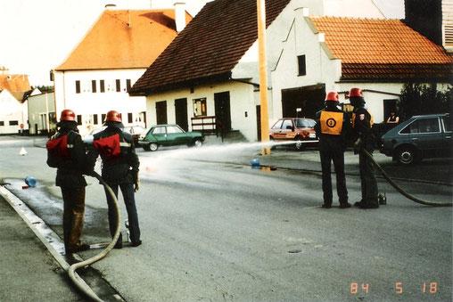 18. Mai 1984, Leistungsprüfung. Im Hintergrund der Platz des späteren Feuerwehrhauses.