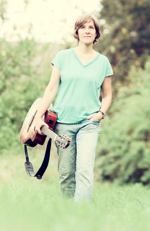 Simone Saitenfeder mit Gitarre