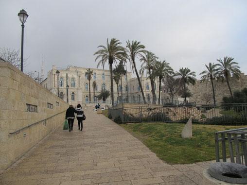 """На заднем плане здание французской католической миссии """"Нотр Дам де Джерузалем""""."""