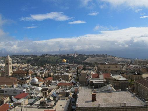 Панорама Иерусалима и Маслиничной горы с видом золотого купола мечети Куббат Ас-Сахра