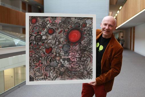 Marcus du Sautoy posa, nei locali dell'Università di Oxford, con un'opera di Francesco Zavattari