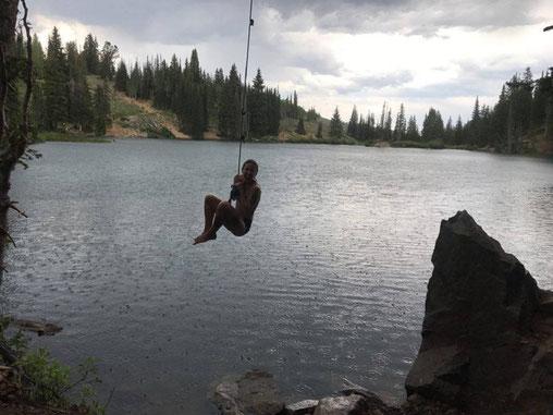 Bloggerin springt in einen Bergsee in der Nähe von Park City, Utah