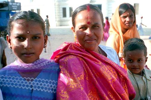 festlich gekleidet wartete diese Familie auf die Prozession