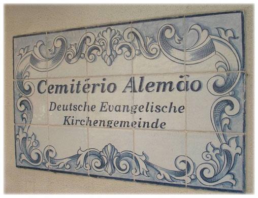 Schild am Eingang des Friedhofs
