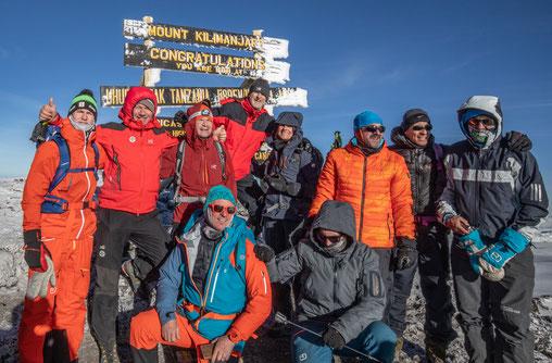am Gipfel des Kilimandscharo (Uhuru Peak) auf 5895m angekommen