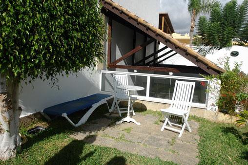 Begrünte Sitzfläche zum sonnen vor der Wohnung.