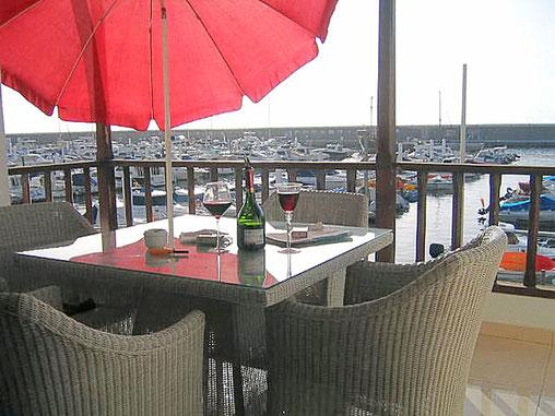 Blick direkt in den Hafen vom Balkon der Wohnung.