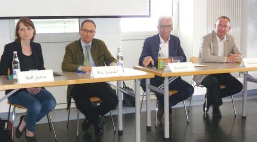 """Podiumsdiskussion """"Fragen und Wünsche der Schmerzpatienten"""" (von links) MdB E. Zeulner, MdL B.Seidenaht, Kassenärztl. Vereinigung-Bayern - Dr. med. W. Bärtl, Präsident Deutsche Schmerzliga - Dr. med. M. Überall"""
