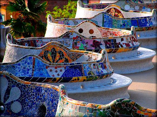 парк Гуэля в Барселоне, змеевидная скамья