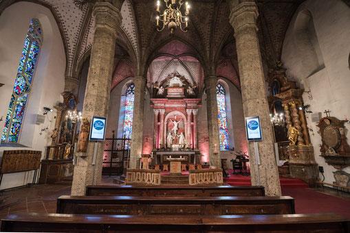 Mit Beschallung und Mediensystemen augestattete Kirche