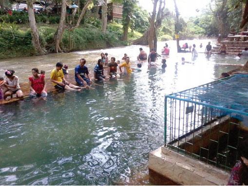 温泉では足までつかっている人が多い