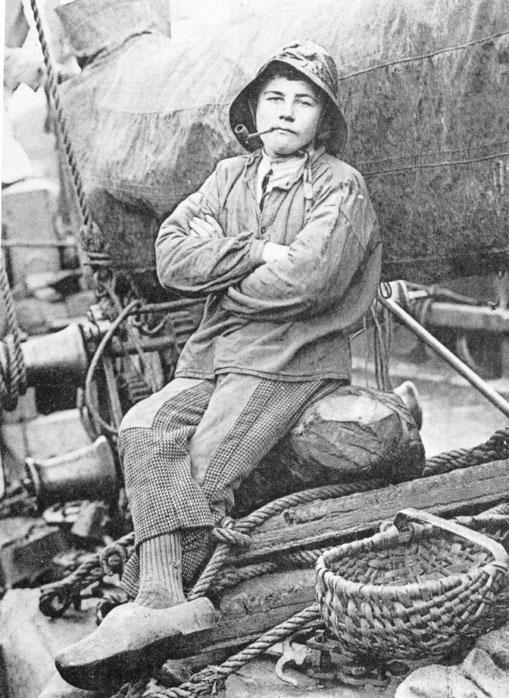 Le mousse de « L'enfant-Joyeux » devait être moins fier, âpres sa mésaventure, et une dérive d'une dizaine de milles,  que celui-ci photographié à bord d'un sloop de cabotage