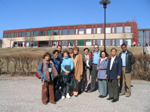 """Thụy Điển, 2004 cùng các học viên của khóa tập huấn về """"Global NutrITion 2004 advanced/in - service training programme for academic teacher in the field of Nutrition an Information Technology"""" tại The Sweden từ 08/03 – 08/04/2004"""