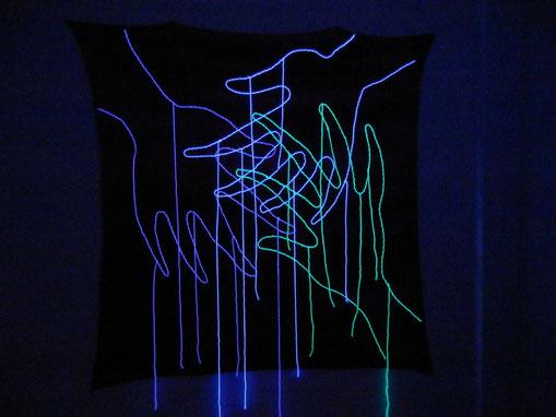 Stickerei auf Wolle im Neonlicht