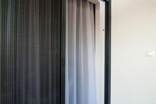 Insektenschutzplissees sind eine attraktive Lösung für Balkon- und Terassentüren. Sie sind einfach zu bedienen und können in passender RAL Farbe zu Ihrer Türe bestellt werden.