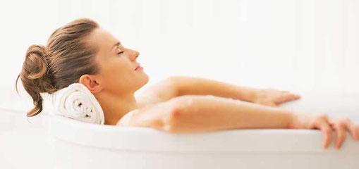 Ein heißes Bad in der Badewanne genießen